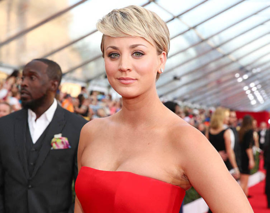 kurzhaarfrisuren f r den sommer kaley cuoco macht 39 s vor. Black Bedroom Furniture Sets. Home Design Ideas