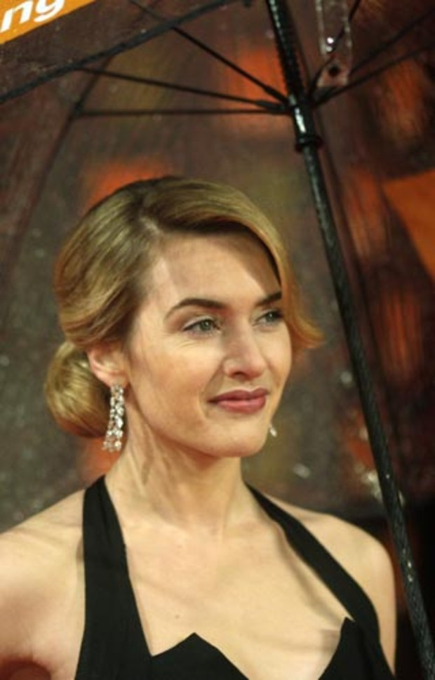 bafta-2009-event-red-carpet-kate-winslet-schirm