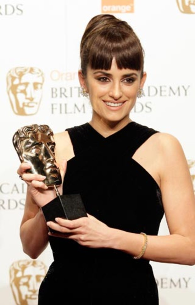 bafta-2009-event-red-carpet-penelope-cruz-award