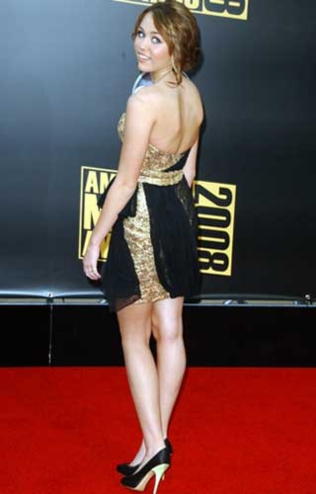 1-american-music-awards-red-carpet-miley-cyrus-schuhe