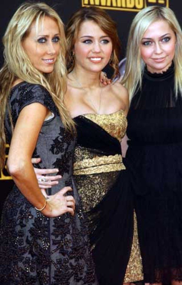 american-music-awards-red-carpet-miley-cyrus-schwester-mama