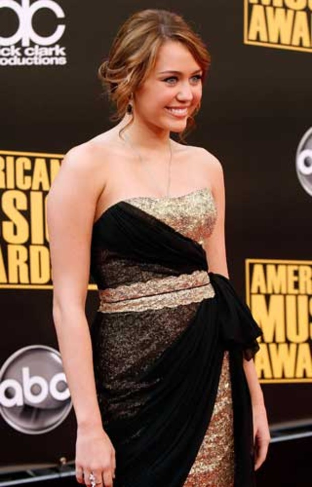american-music-awards-red-carpet-miley-cyrus
