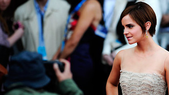 "Emma Watson begeistert und mit einer glamourösen Abendrobe zur London-Premiere von ""Harry Potter And The Deathly Hallows Part 2""."