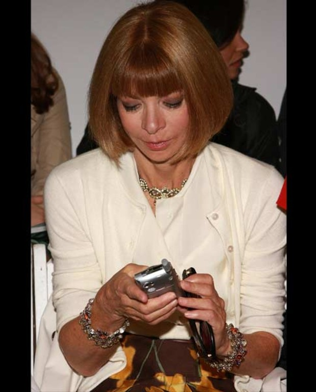 anna-wintour-busy-handy
