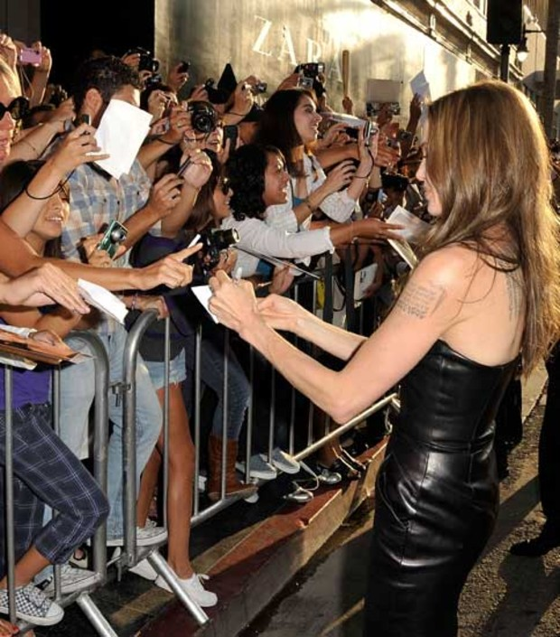 2-angelina-jolie-inglorious-premiere-fans
