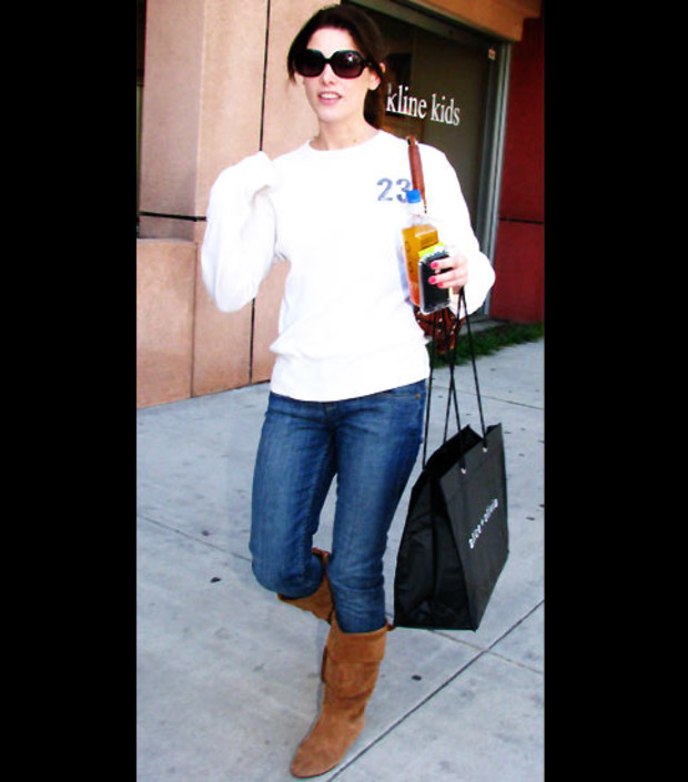ashley-greene-braune-stiefel-shirt