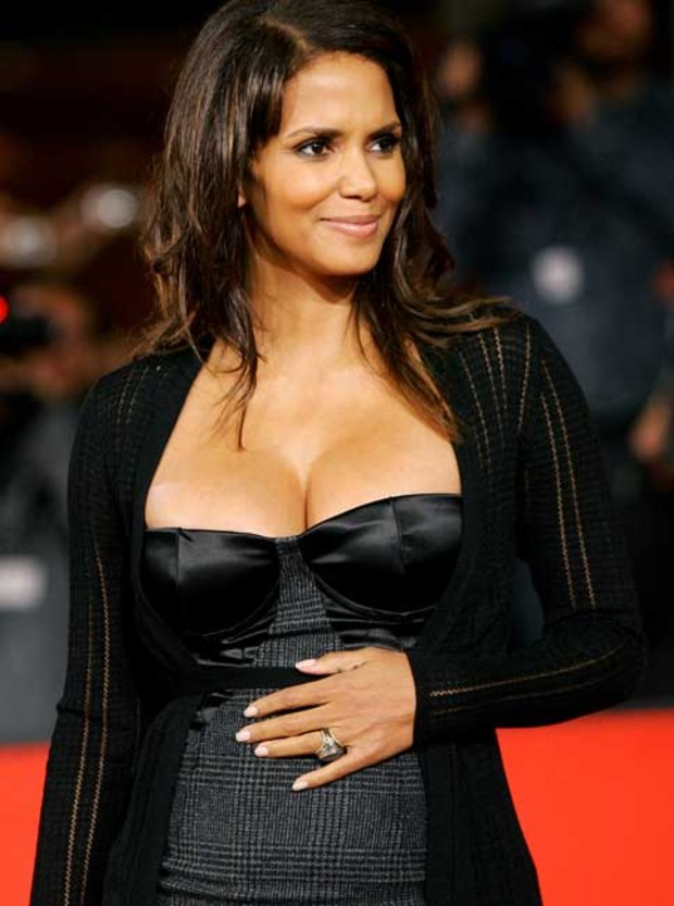 halle-berry-dekolletee