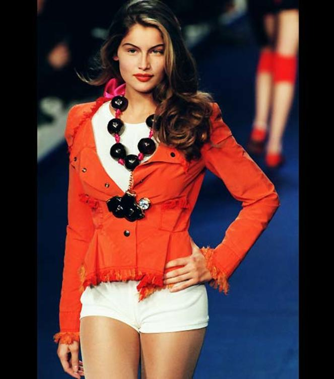 laetitia-casta-catwalk-hotpants