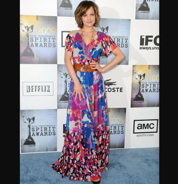 maxi-dress-mena-suvari-rot-blau