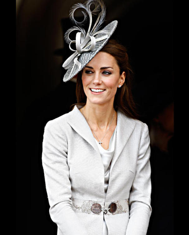 kate-middleton-hut-weisses-kostuem