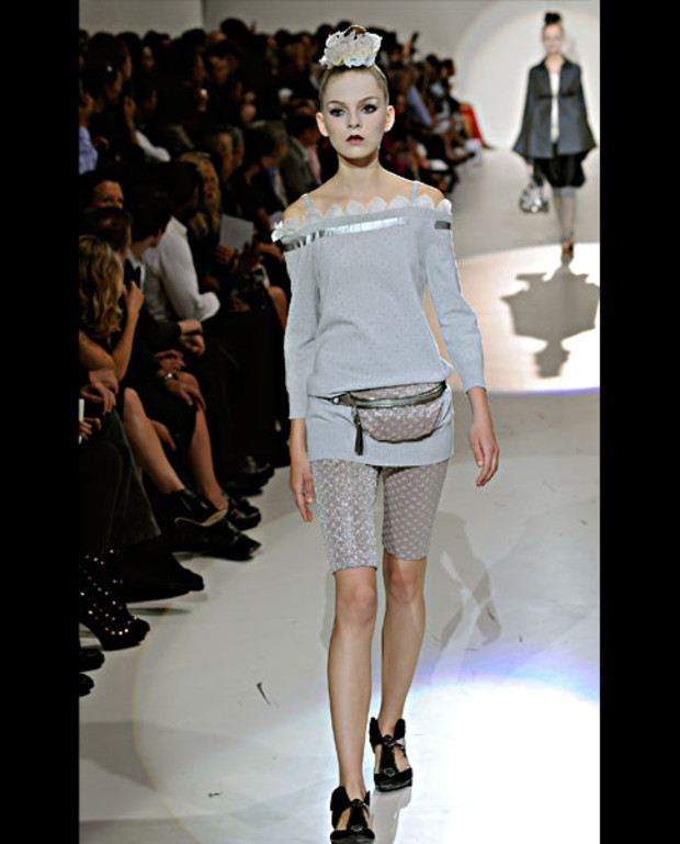 marc-jacobs-sommer-2010-graues-ensemble