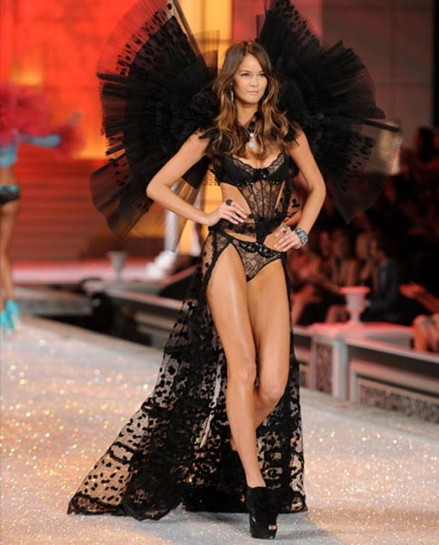 Flavia-de-Oliveira-victorias-secret-fashion-show