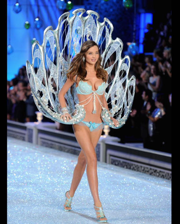 victorias-secret-fashion-show-miranda-kerr-bra