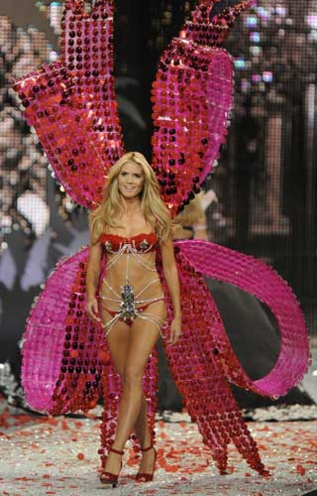 victorias-secret-heidi-klum-catwalk